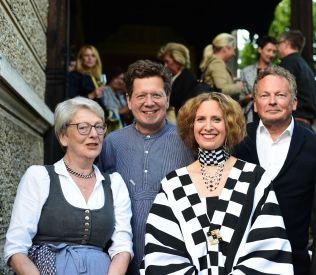 BILD zu OTS - Nach der UrauffŸhrung auf der Terrasse der Villa Paulick in Seewalchen am Attersee